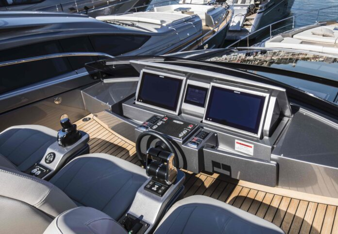 Pershing 8X megayacht technology