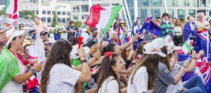 Italian people cheer Luna Rossa